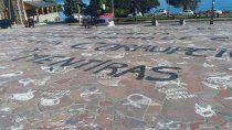 repudian pintadas sobre los panuelos de la plaza del centro civico