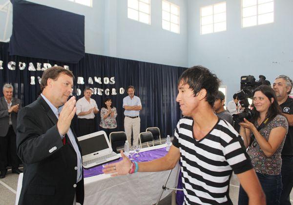 Entregaron más de 420 netbooks a estudiantes y docentes del CEM 120