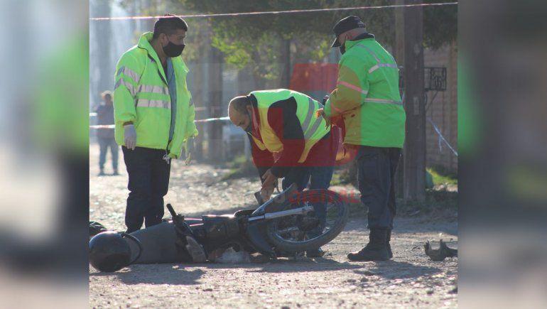 Un joven motociclista murió aplastado por un camión de basura