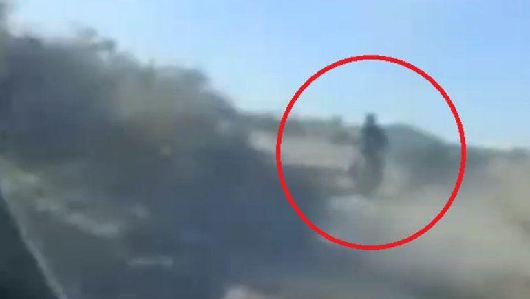 Atado con un cable al cuello, arrastró a un perro con su moto