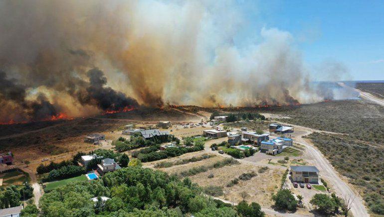 El fuego obligó a evacuar viviendas