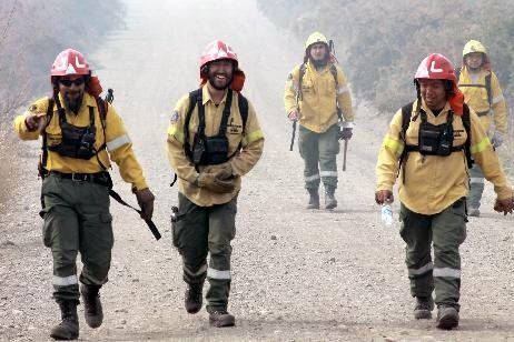 Avanzan los trabajos para controlar el incendio