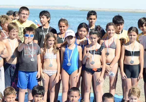 Gran acuatlón de niños en el lago