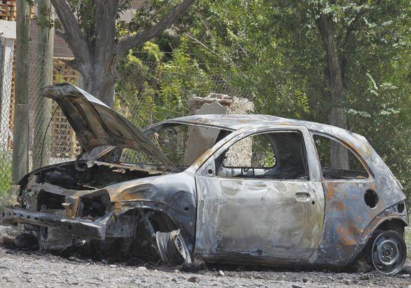 Un auto siniestrado fue incendiado por desconocidos a la vera de la Ruta 65