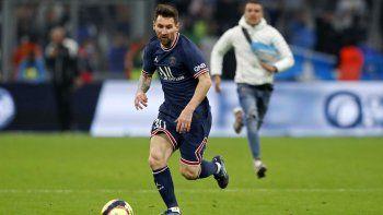 Insólito: se metió a la cancha y cortó el avance de Messi