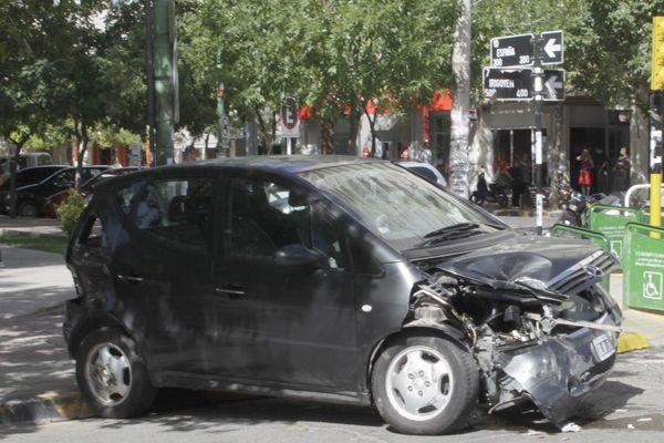 El BORA cruzó en rojo y chocó un vehiculo