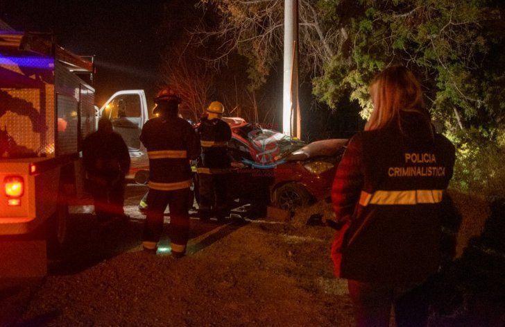 Un hombre chocó con su auto contra un poste de cemento y murió
