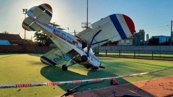 Accidentado y arriesgado aterrizaje de emergencia en una cancha de hockey