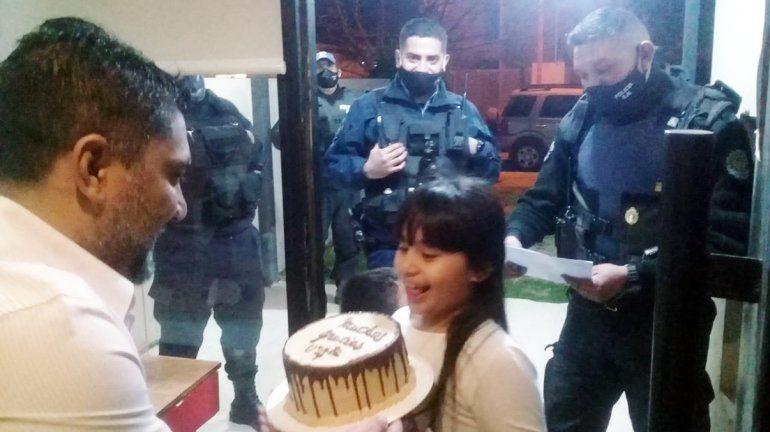 Policías sorprendieron a nena cipoleña con una torta de cumpleaños
