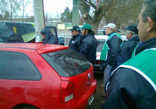 ATE vota en autos bajo la lluvia y decreta medidas en el municipio de Catriel
