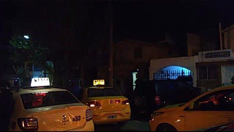 Le robaron a un taxista y rodearon la casa con sus autos