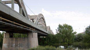tres policias rescataron a una joven que queria tirarse del puente viejo