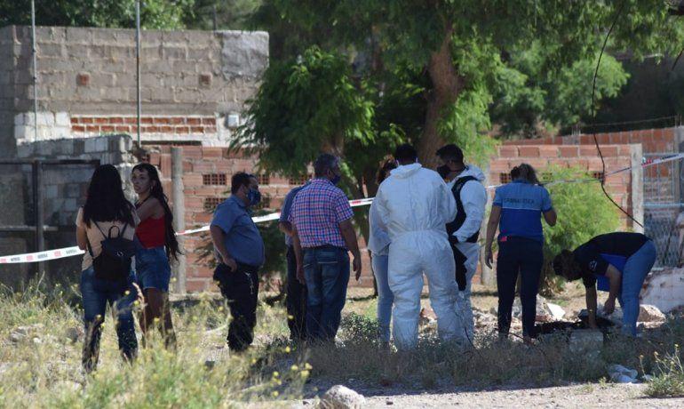 Efectivos policiales realizaron los trabajos periciales de rigor en el lugar donde apareció el cuerpo sin vida.