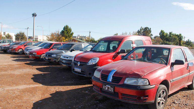 Secuestran dos autos por día