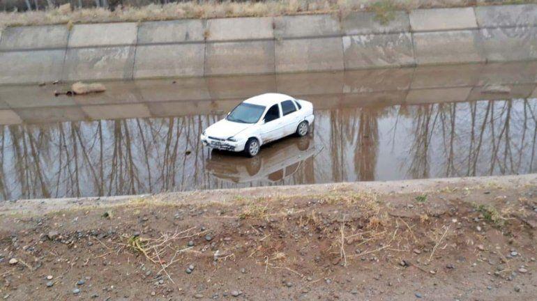 Roca: conductor derrapó y terminó adentro del canal