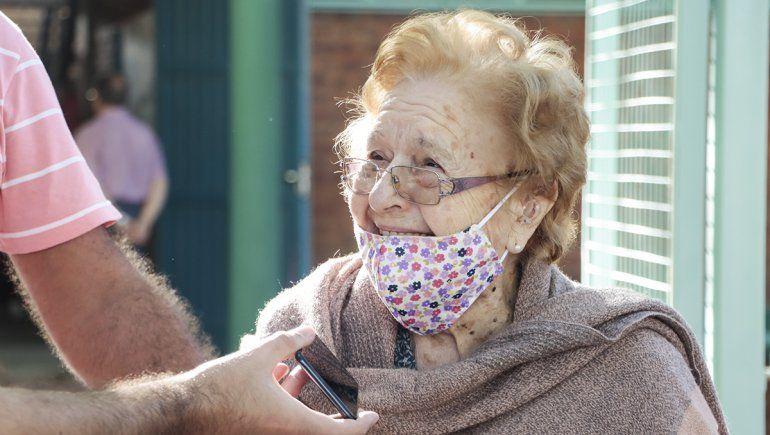 Marta Arias de 97 años salió sonriente tras recibir la vacuna de Oxford.