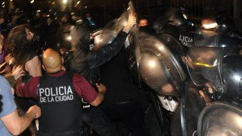 Los incidentes entre manifestantes y policías frente a la Casa Rosada. Foto: Clarín.