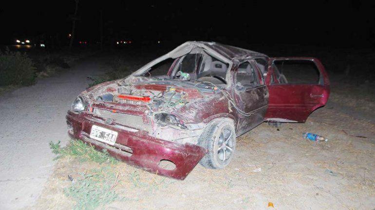 El auto Chevrolet Corsa que circulaba por la Ruta Chica terminó totalmente destruido tras dar varios tumbos.