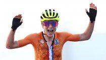 el blooper de los juegos: ciclista festejo el oro por error