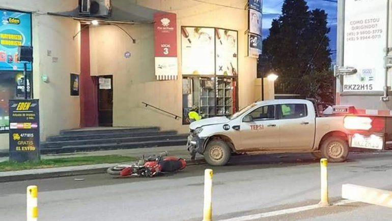 Una joven resultó herida en un brutal choque entre una camioneta y una moto