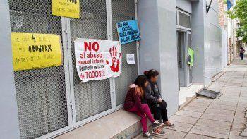 abuso de su hija e hijastra y espera juicio en libertad