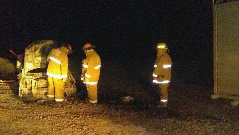 Un auto se prendió fuego en medio de la Ruta 151