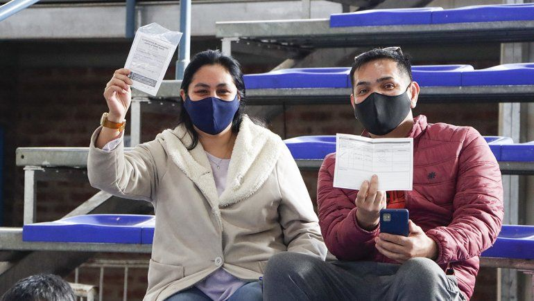 Covid-19: cientos de vecinos se acercaron al Estadio Municipal para recibir la vacuna