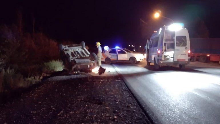 Chocó contra un carro transportado por un camión y volcó sobre la Ruta 151