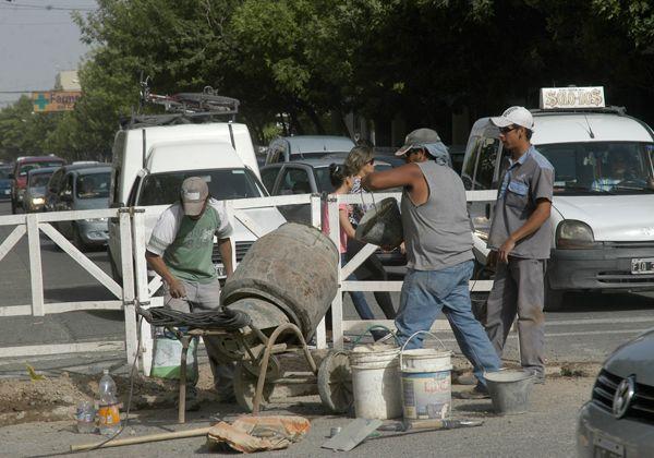 Complicaciones en el tránsito por obra en calle Roca