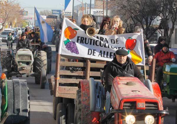 Con tractores, se movilizaron en Allen