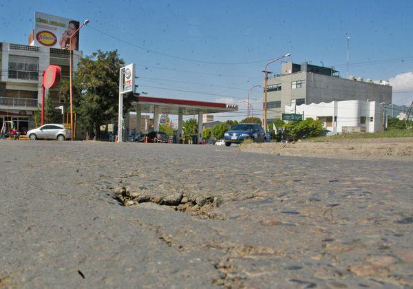 Una cuadrilla municipal arregló un profundo bache en la calle Pacheco