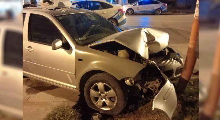 Perdió el control, chocó contra un poste y destruyó el auto del padre