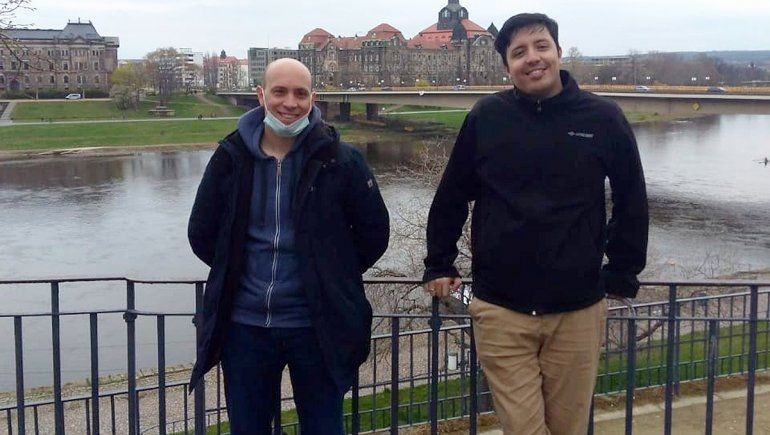 Herman junto a su ex profesor de la UNCO y director de tesis, Marcos Soldera, a orillas del río Elba.