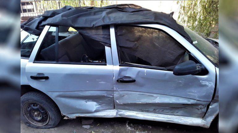 Un conductor los chocó en la rotonda, les destruyó el auto y se dio a la fuga