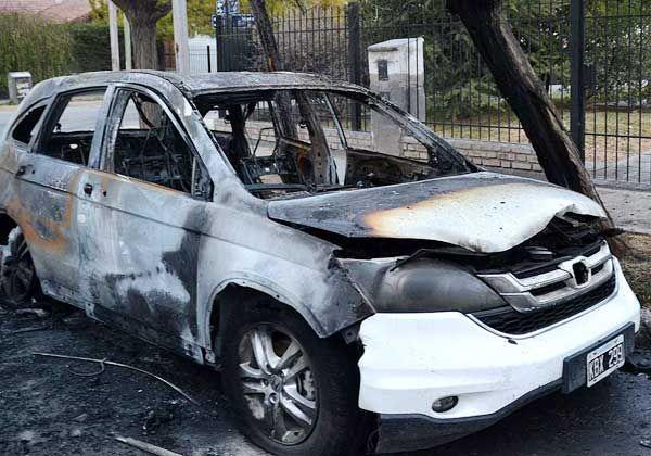 Incendiaron la camioneta oficial del ministro de Obras Públicas de Río Negro