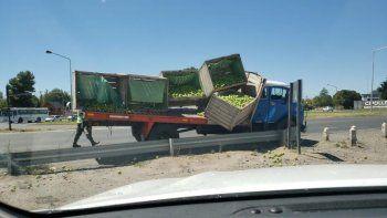 un camion que transportaba peras perdio su cargamento sobre la ruta 22