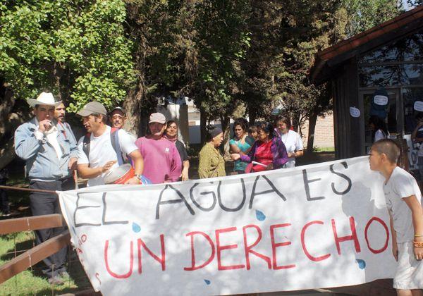 Habitantes de la toma Los Sauces reclaman por el suministro de agua
