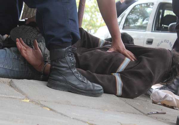 Policía redujo a un hombre que en estado de ebriedad intentó atacarlo