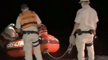 prefectura rescato a un joven en una isla del rio negro