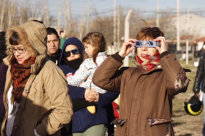 La UNCo regalará miles de gafas para ver el eclipse solar