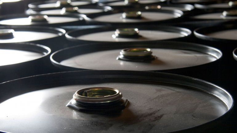 Gobierno actualiza impuesto a las naftas y reinstala el barril criollo