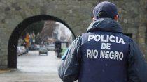 dos hombres apuntaron con un arma de fuegos a policias rionegrinos