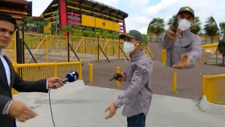 A mano armada, asaltaron a un periodista en vivo
