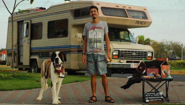 Un rionegrino recorre el mundo sobre ruedas junto a su pareja y tres perros