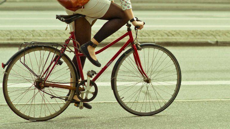 Cipolletti: ciclista impactó contra la puerta de un taxi y será indemnizada