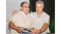 El Profe Neri, cuando recibió un homenaje. Aquí junto a su colega, el también docente y ex intendente Abel Baratti.