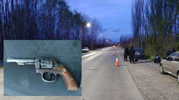 estacionaron en la banquina, llego la policia y les encontraron un arma