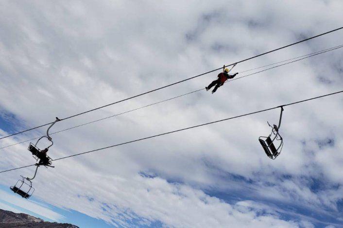 Así fue el rescate de siete esquiadores colgados de una telesilla, a 15 metros de altura