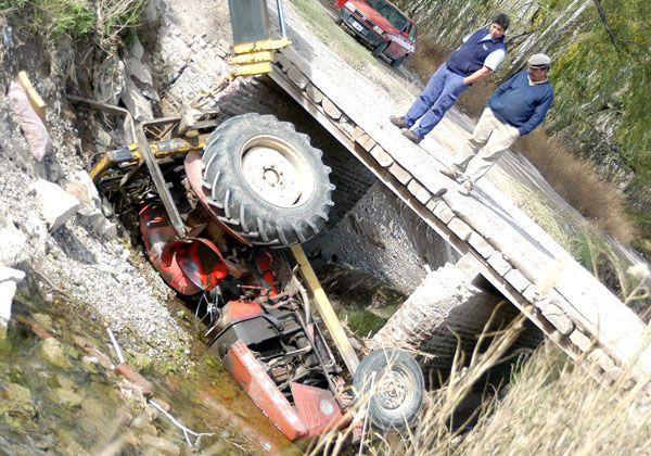 Tractor terminó en el canal