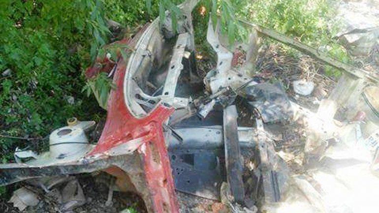 El Fiat Uno apareció totalmente destruido en la Isla Jordán.